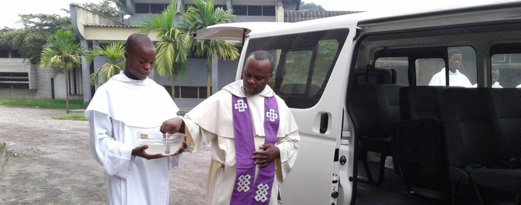 Ein neuer Minibus erleichtert den Dominikanern im Kongo die Arbeit
