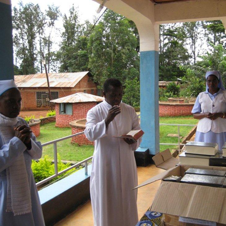 11-09-2018-Tansania-Gebetbuecher-Ordensschwestern_KIRCHE-IN-NOT(1)
