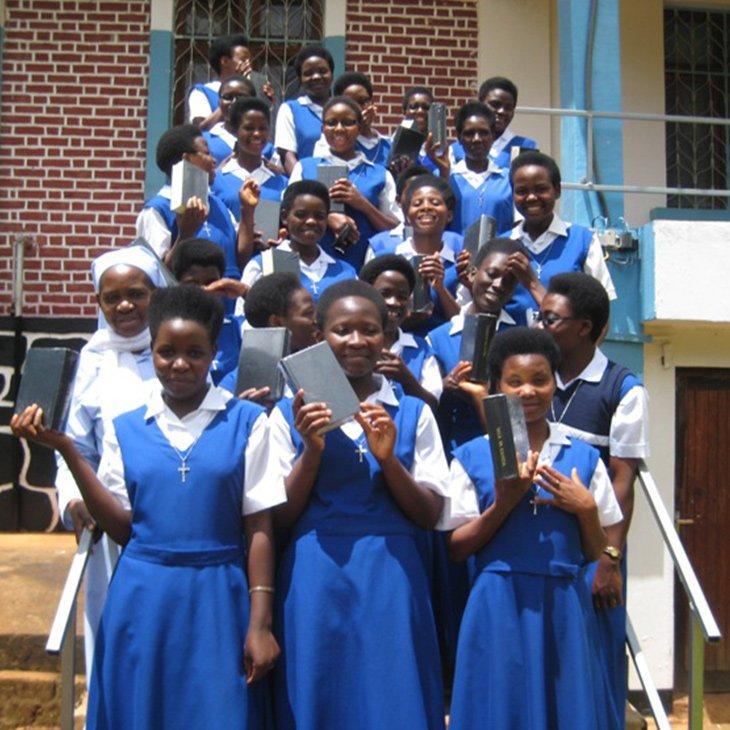 11-09-2018-Tansania-Gebetbuecher-Ordensschwestern_KIRCHE-IN-NOT(3)