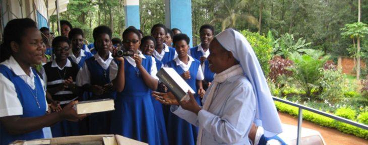 11-09-2018-Tansania-Gebetbuecher-Ordensschwestern_KIRCHE-IN-NOT_header