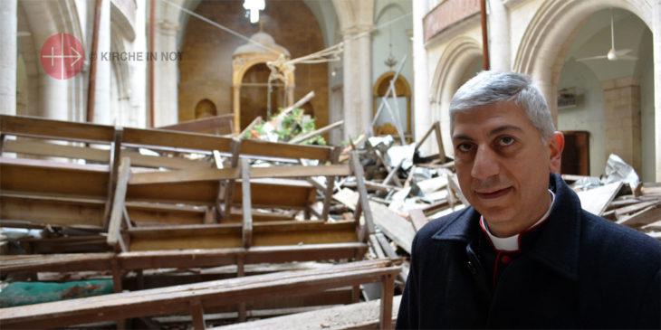 Bischof Joseph Tobji in der zerstörten maronitischen Kathedrale in Aleppo. Die Kirche wird derzeit mit Hilfe von KIRCHE IN NOT renoviert.