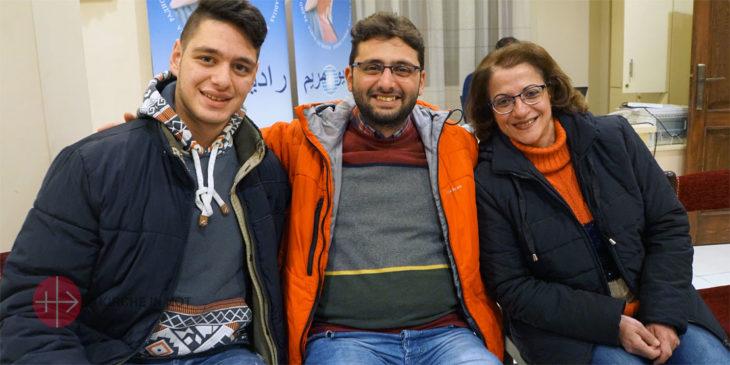 Fadi (Bildmitte) mit Freunden aus der Pfarrrei.