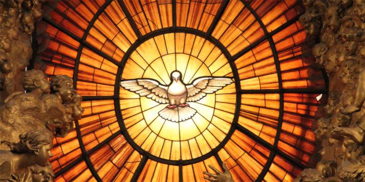 Darstellung des Heiligen Geistes als Taube auf einem Kirchenfenster in Rom.