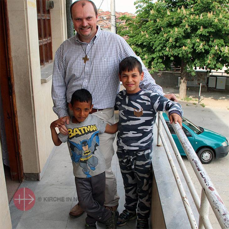 Pater Martin Jilek aus Stara Sagora mit Roma-Kindern.