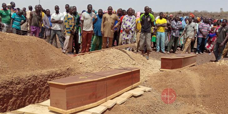 Särge mit den Opfern des Angriffes auf eine Kirche in Burkina Faso.