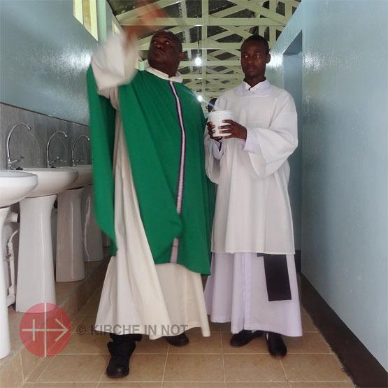 Segnung der neuen Waschräume im Priesterseminar des Bistums Kabwe.