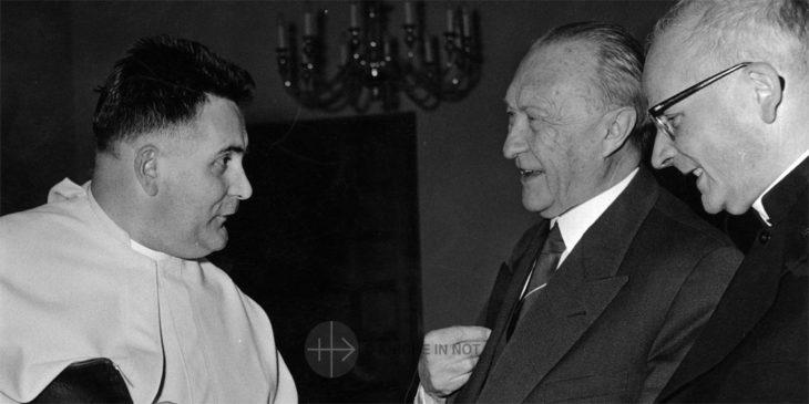 Pater Werenfried van Straaten, der Gründer von KIRCHE IN NOT, links) im Gespräch mit Bundeskanzler Konrad Adenauer.