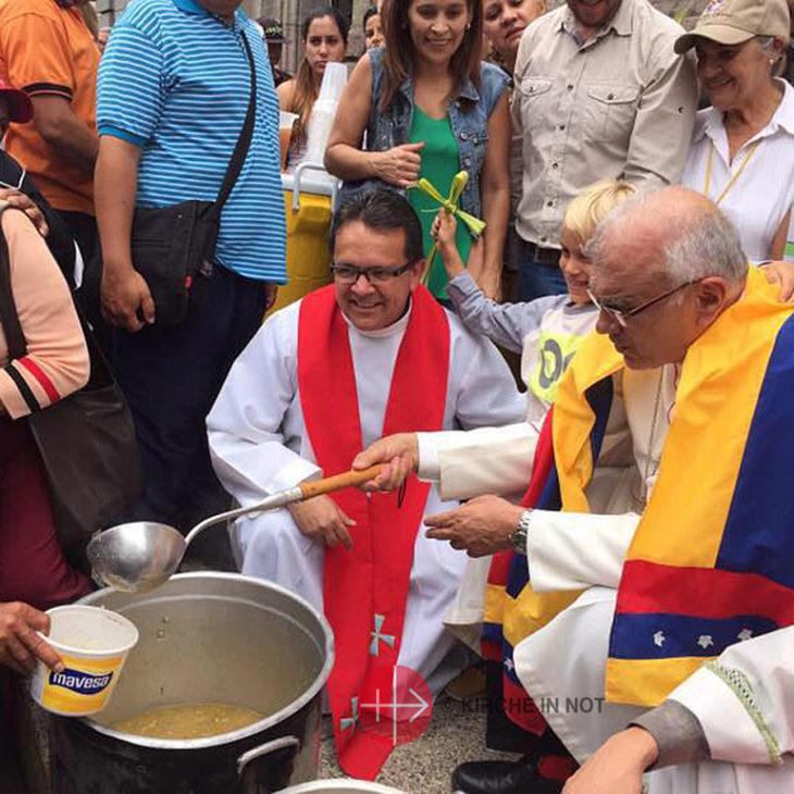 Erzbischof verteilt Suppe.