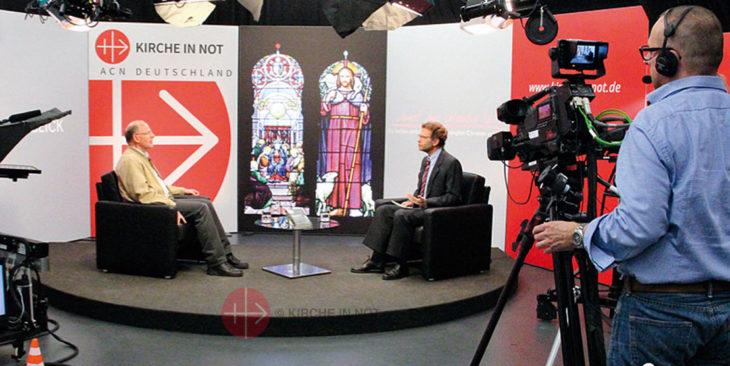 Im Fernsehstudio von KIRCHE IN NOT in München.