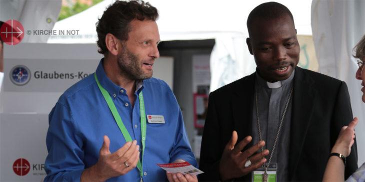 Gespräch am Infostand von KIRCHE IN NOT auf dem Katholikentag.