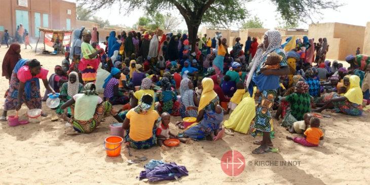 """Verteilung von Lebensmitteln an Mütter mit Kindern in der Niederlassung der """"Dienerinnen Christi"""" in Tigri."""