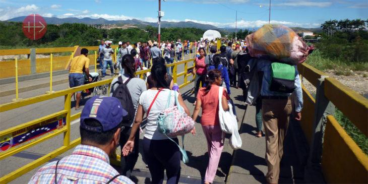 Menschen strömen über die Grenzbrücke von Venezuela nach Kolumbien.