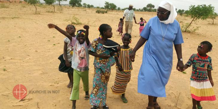 Schwester Marie Catherine Kingbo betreut Kinder in einer Missionsstation in Tigri im Niger.