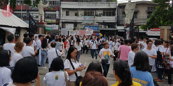 Hunderte Gläubige versammelten sich zur Demonstration vor der Kathedrale in Dagupan.
