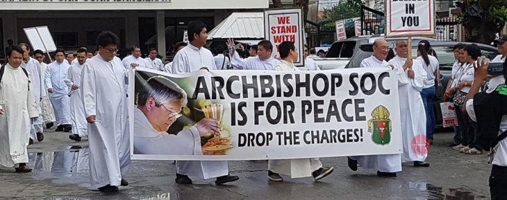 Kleriker und Gläubige unterstützen Erzbischof Socrates Villegas.
