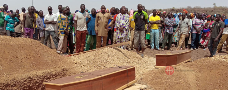 Särge mit Opfern der Anschlagsopfer in Burkina Faso.