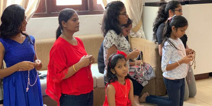 Rosenkranzgebet in Sri Lanka.
