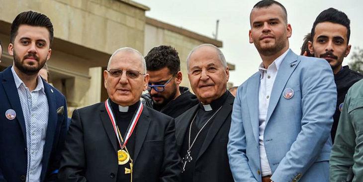 Louis Raphael Kardinal Sako (Zweiter von links), Patriarch der chaldäisch-katholischen Kirche, zusammen mit Geistlichen und jungen Christen in Mossul (Foto: Mr. Fadi).