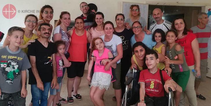 Teilnehmer des Sommercamps für Jugendliche mit Behinderung. In der Mitte Jenny und ihre Mutter.