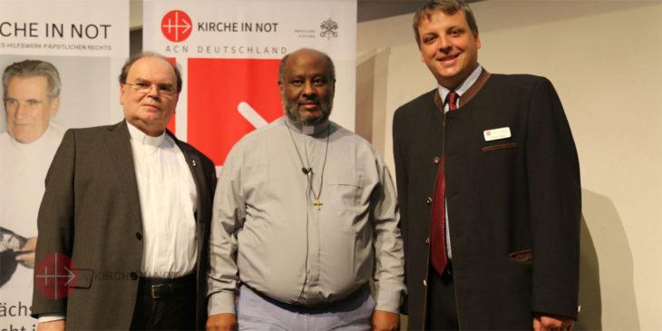 Von links: Diözesanadministrator Prälat Dr. Bertram Meier, der eritreisch-katholische Priester Mussie Zerai und KIRCHE-IN-NOT-Deutschland-Geschäftsführer Florian Ripka beim Solidaritätstag.