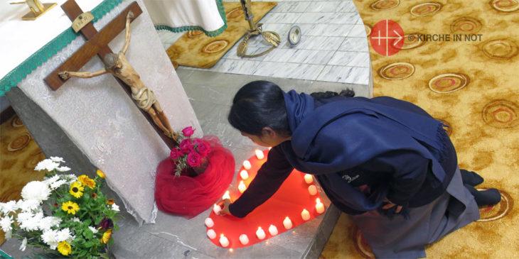Eine Ordensfrau aus Pakistan zündet eine Kerze an.